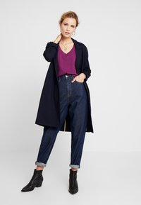 Marc O'Polo DENIM - V NECK COSY FIT SIDESLITS - T-shirt med print - purple - 1