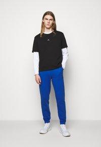 Holzweiler - HANGER TROUSERS - Pantaloni sportivi - blue - 1