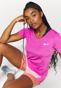 Nike Performance - BREATHE - Camiseta estampada - fire pink/reflective silver - 3