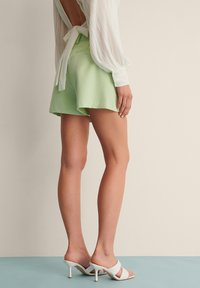 NA-KD - PLEAT DETAIL SHORTS - Shorts - dusty green - 2