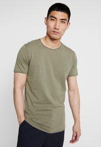 Jack & Jones - JORPEAKS TEE CREW NECK - T-shirt - bas - dusty olive - 0