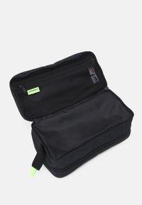 New Balance - ATHLETICS TERRAIN TRAVEL BAG UNISEX - Kosmetická taška - black/bleached lime - 2