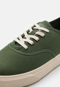 Clae - AUGUST - Sneakersy niskie - bronze green - 5