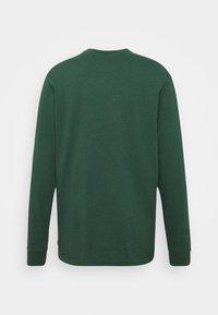Levi's® - LS GRAPHIC MOCKNECK TEE UNISEX - Maglietta a manica lunga - ssnl serif ls sycamore - 1
