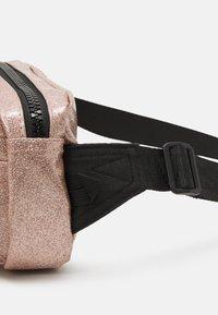 Converse - GLITTER WAIST PACK UNISEX - Across body bag - rose gold - 3