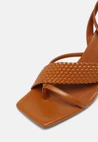 ÁNGEL ALARCÓN - VEGAN - Sandály s odděleným palcem - tabaco - 7
