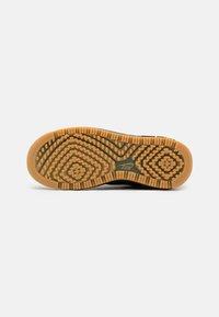 Nike Sportswear - AIR FORCE 1 LUXE - Sneakers laag - black/bucktan/yellow - 6