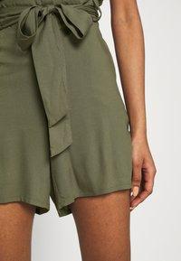 Vero Moda - Shortsit - ivy green - 3