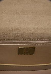 RISA - Across body bag - schlamm - 5