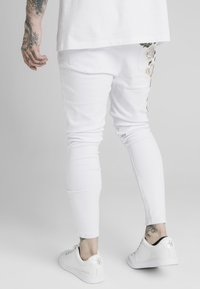 SIKSILK - DROP CROTCH PLEATED APPLIQUE  - Jeans Skinny Fit - white - 2