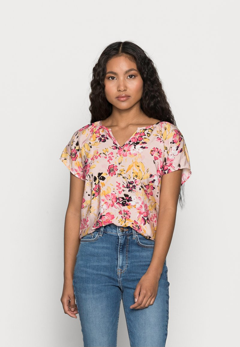 Vero Moda Petite - VMGIGI TOP PETITE - Print T-shirt - sepia rose