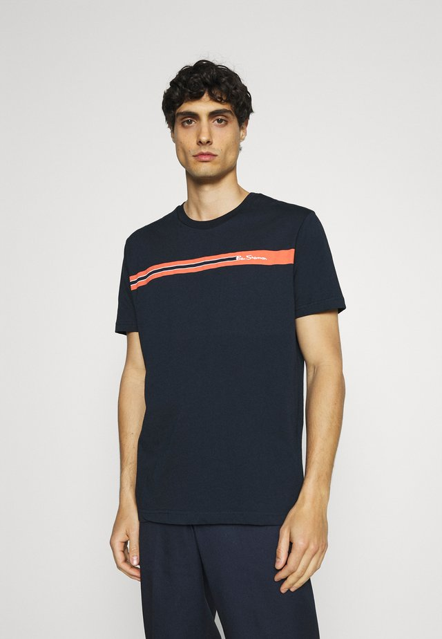 CHEST STRIPE TEE - Triko s potiskem - dark navy