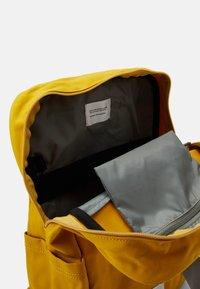 Sandqvist - KNUT UNISEX - Reppu - yellow/grey - 2