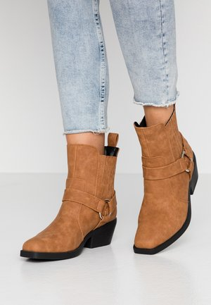 TARA HARNESS SQUARE TOE BOOT - Cowboy/biker ankle boot - tan