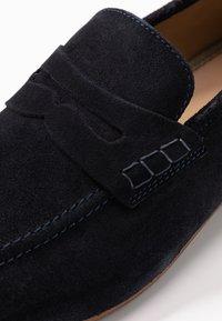 Topman - CORDEN SADDLE - Elegantní nazouvací boty - navy - 5