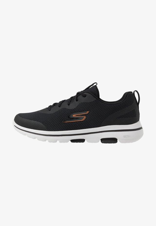 GO WALK 5 - Chaussures de running neutres - black/orange
