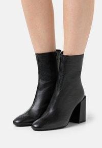 Furla - BLOCK BOOT  - Kotníkové boty - nero - 0