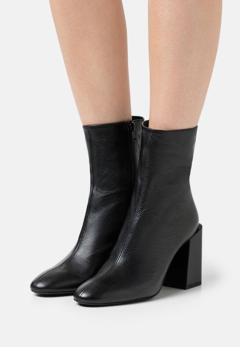 Furla - BLOCK BOOT  - Kotníkové boty - nero