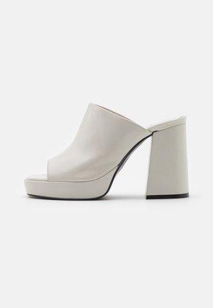 Pantofle na podpatku - offwhite poncho