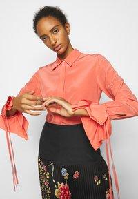 Victoria Victoria Beckham - FLOUNCE CUFF SHIRT - Košile - lychee pink - 3