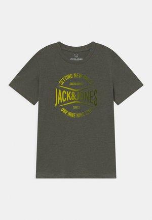 JJNICK TEE CREW NECK JR - Print T-shirt - forest night
