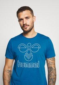 Hummel - HMLPETER  - Print T-shirt - blue sapphire - 4