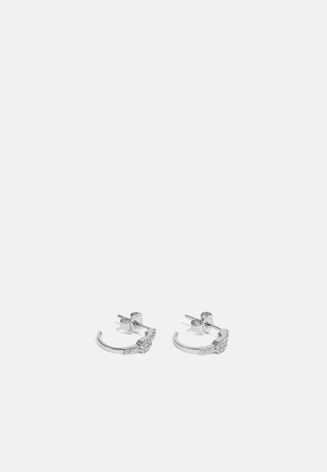 9KT WHITE GOLD 0.12CT CERTIFIED DIAMOND HUGGIES EARRINGS - Korvakorut - silver-coloured