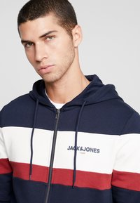 Jack & Jones - JORNEWSHAKEDOWN BLOCK ZIP  - veste en sweat zippée - navy blazer - 3