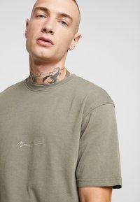 Mennace - ESSENTIAL SIG UNISEX - Basic T-shirt - khaki - 3