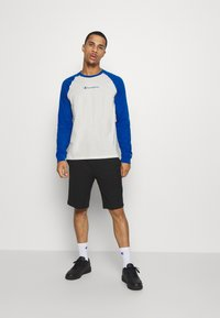 Champion - LEGACY CREWNECK LONG SLEEVE - Long sleeved top - off white/blue - 1