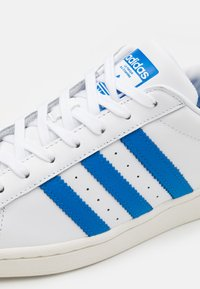 adidas Originals - SUPERSTAR UNISEX - Sneakers laag - footwear white/blue bird/offwhite - 7