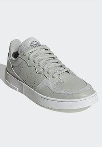 adidas Originals - SUPERCOURT W - Sneakersy niskie - ashsil/ashsil/crywht - 5