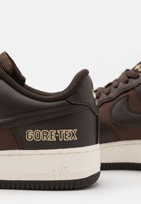 Nike Sportswear - AIR FORCE 1 GTX UNISEX - Sneakers - baroque brown/seal brown/team gold/sail - 5