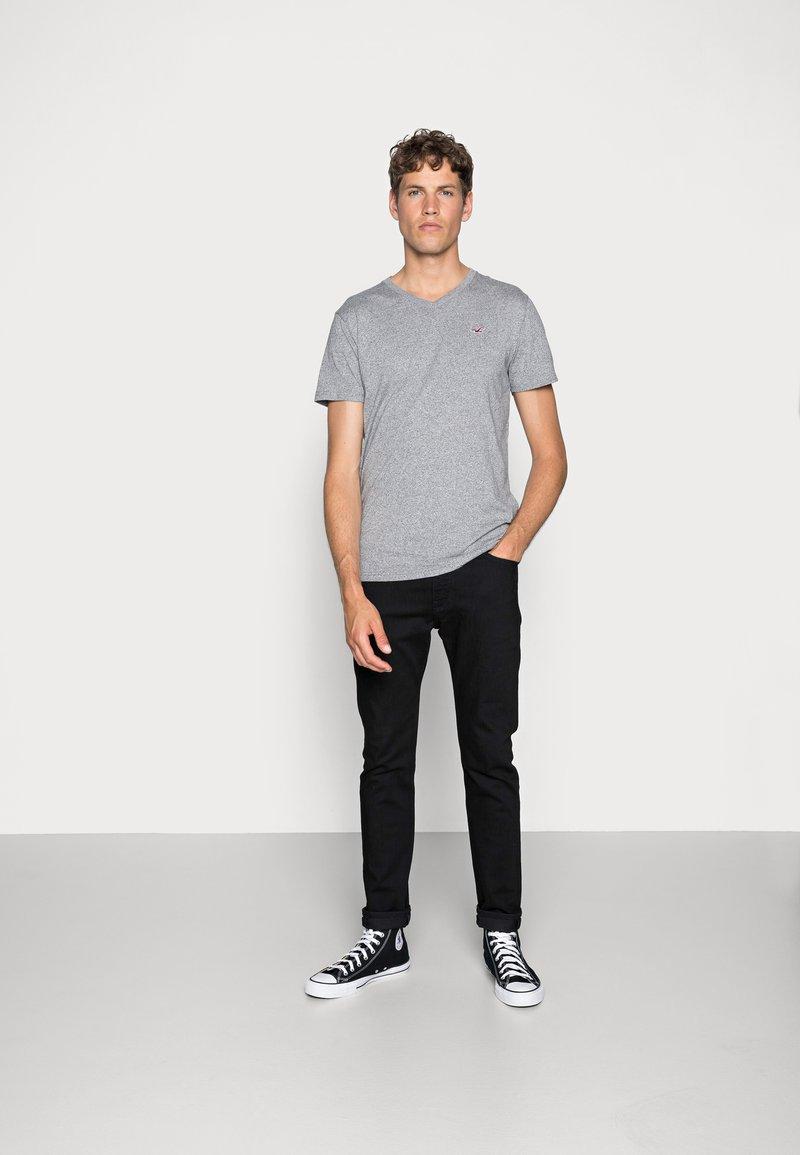 Hollister Co. - 5 PACK  - T-shirt imprimé - white/grey/red/navy texture/black