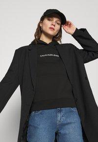 Calvin Klein Jeans - SHRUNKEN INSTITUTIONAL - Hoodie - black - 5