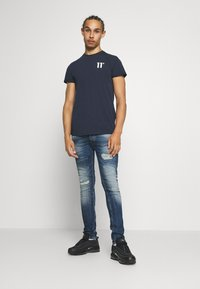 11 DEGREES - CORE MUSCLE FIT - Print T-shirt - navy - 1