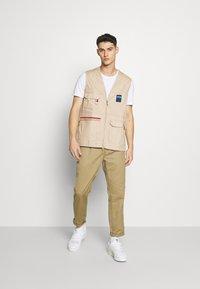 adidas Originals - GILET SPORTS INSPIRED REGULAR VEST - Waistcoat - trace khaki - 1