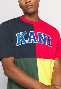 Karl Kani - BLOCK TEE - Print T-shirt - navy - 4