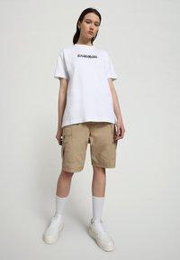 Napapijri - S-BOX   - T-shirt med print - bright white - 4