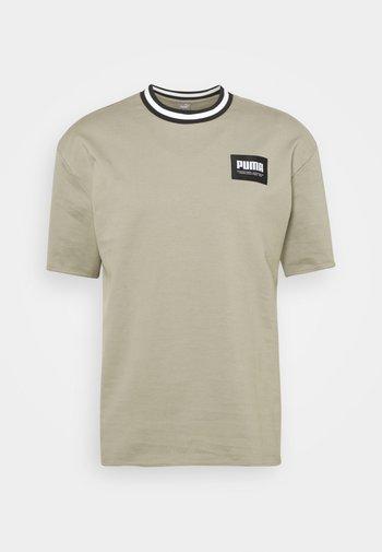 SUMMER COURT CREW - Print T-shirt - vetiver
