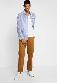 Calvin Klein - V-NECK CHEST LOGO - T-shirt - bas - white - 1