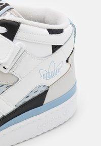 adidas Originals - FORUM MID UNISEX - Sneakersy wysokie - footwear white/ambient sky/core black - 5