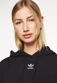 adidas Originals - TREFOIL ESSENTIALS HOODED - Jersey con capucha - black