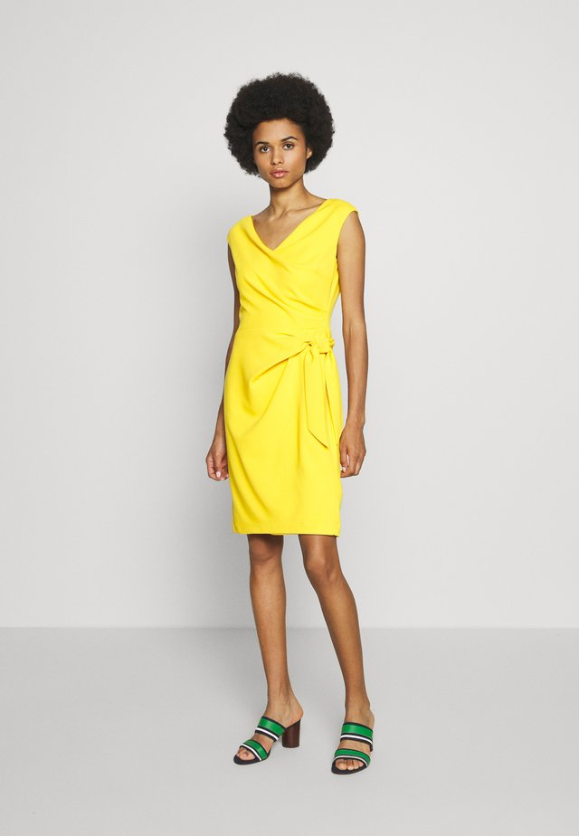 LUXE TECH DRESS - Pouzdrové šaty - true marigold