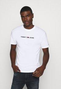 Tommy Jeans - STRAIGHT LOGO TEE - T-shirt z nadrukiem - white - 0