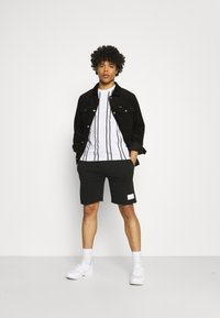 Calvin Klein - VERTICAL LOGO STRIPE - T-shirt con stampa - white - 1