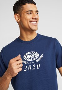 Levi's® - RELAXED GRAPHIC TEE - T-shirts print - crest dress blues - 3