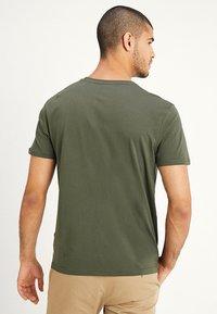 Alpha Industries - RAINBOW  - Print T-shirt - dark oliv - 2
