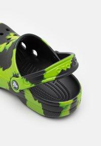 Crocs - CLASSIC TIE DYE GRAPHIC UNISEX - Mules - black/lime punch - 5