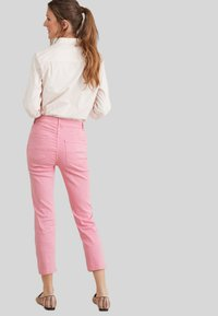 Next - SOFT TOUCH  - Straight leg jeans - pink - 2